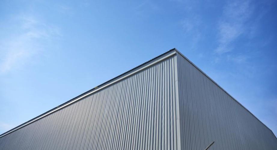 Garaże blaszane w praktyce – dlaczego lepsze od murowanych?
